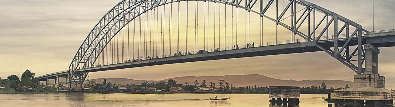Jembatan Rumpiang Brücke in Borneo: Bogenkonstruktion, Gittertragwerk der Fahrbahn und seitliche Schutzbeplankung feuerverzinkt ausgeführt.